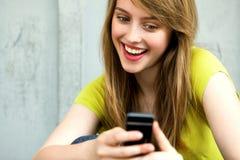 Menina com seu telefone móvel Fotografia de Stock Royalty Free