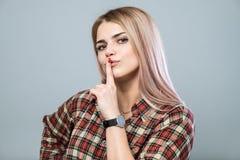 Menina com shh sinal Fotografia de Stock