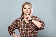 Menina com shh sinal Fotografia de Stock Royalty Free
