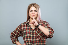 Menina com shh sinal Foto de Stock Royalty Free
