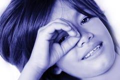 Menina com sinal da mão da letra O Imagem de Stock Royalty Free