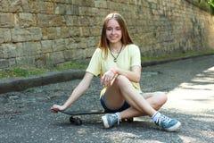 Menina com skate Fotografia de Stock Royalty Free