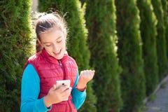 Menina com smartphone Imagens de Stock Royalty Free
