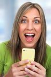 Menina com smartphone imagem de stock