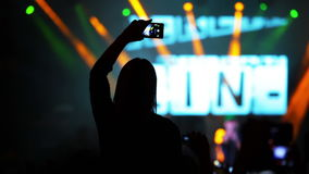 Menina com Smartphone em um concerto de rocha vídeos de arquivo
