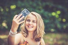 Menina com smartphone fora fotografia de stock