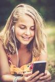 Menina com smartphone fora imagem de stock