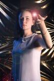 Menina com sorcerer& mágico x27 da morena- da varinha; o aprendiz de s, em um fundo do ouro, usa o período Imagem de Stock Royalty Free