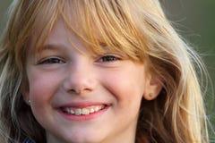 Menina com sorriso, iluminação do por do sol fotos de stock