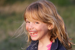 Menina com sorriso, iluminação do por do sol Foto de Stock Royalty Free
