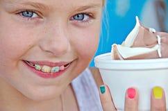 Menina com sorriso ortodôntico fotografia de stock royalty free