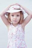 Menina com suas mãos em sua cabeça Imagens de Stock