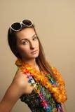 Menina com sunglesses e a grinalda havaiana imagens de stock royalty free