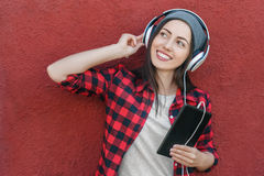 Menina com tablet pc e fones de ouvido Imagem de Stock