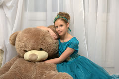 Menina com teddybear enorme Fotos de Stock