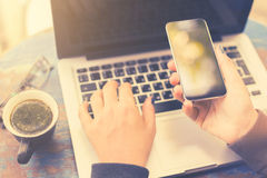 Menina com telefone celular, o portátil e a xícara de café vazios Imagens de Stock