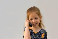 Menina com telefone de pilha Fotografia de Stock