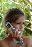 Menina com telefone de pilha imagem de stock