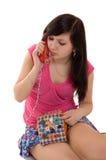 Menina com telefone do divertimento imagens de stock