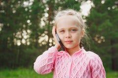 Menina com telefone móvel Foto de Stock Royalty Free