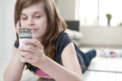 Menina com telemóvel Imagem de Stock Royalty Free