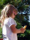 Menina com celular das crianças fotografia de stock