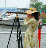 Menina com telescópio Foto de Stock Royalty Free