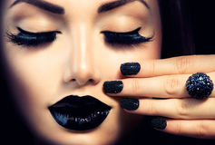 Menina com tratamento de mãos do preto do caviar Imagens de Stock Royalty Free