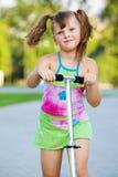 Menina com 'trotinette' Fotografia de Stock Royalty Free