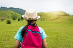 Menina com trouxa que anda dentro ao monte calvo Foto de Stock Royalty Free