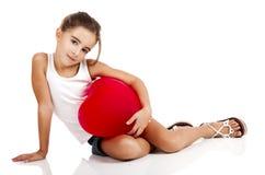 Menina com um balão vermelho fotografia de stock