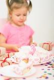 Menina com um bolo de aniversário Imagem de Stock Royalty Free