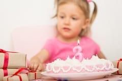Menina com um bolo de aniversário Fotografia de Stock