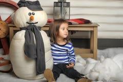 Menina com um boneco de neve do brinquedo Foto de Stock Royalty Free