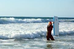Menina com um boogieboard imagens de stock