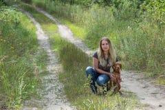 Menina com um cão fotos de stock