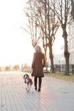 Menina com um cão imagem de stock