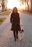 Menina com um cão fotos de stock royalty free