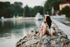 Menina com um cão no passeio Fotos de Stock Royalty Free
