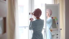 Menina com um cão perto de um espelho em casa video estoque