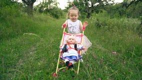 Menina com um carrinho de criança vídeos de arquivo