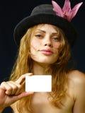 Menina com um cartão em uma mão Fotos de Stock