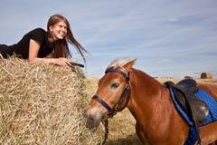 Menina com um cavalo Fotografia de Stock