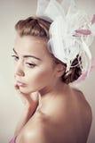 Menina com um chapéu extravagante fotos de stock