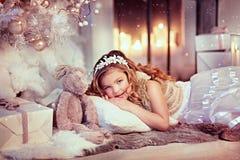 Menina com um coelho Imagens de Stock