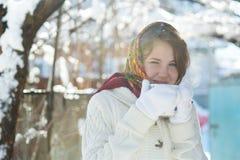 Menina com um copo do chá quente Fotografia de Stock Royalty Free