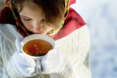 Menina com um copo do chá quente Imagem de Stock