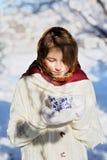 Menina com um copo do chá quente Imagem de Stock Royalty Free