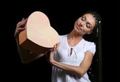 A menina com um coração Fotografia de Stock Royalty Free