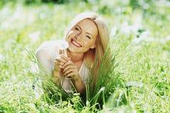 Menina com um dente-de-leão foto de stock royalty free